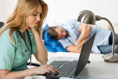 emergencia medica: Personal médico Lazy está haciendo nada en la sala de emergencias