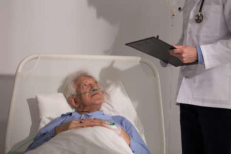 enfermos: Profesional m�dico diagnosticar su paciente enfermo mayores