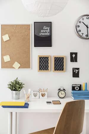 trabajando en casa: Espacio de estudio ordenado moderna con escritorio blanco Foto de archivo