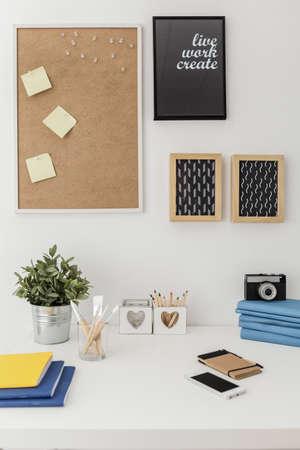 Goed georganiseerd materialen op wit bureau in het kantoor