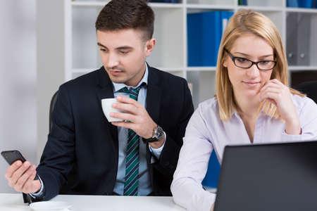 empleados trabajando: Empleados jóvenes ocupados elegantes que trabajan en gran empresa Foto de archivo