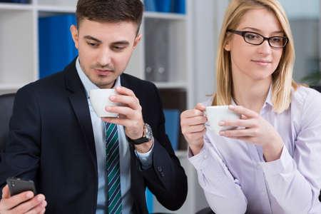jovenes empresarios: Dos elegantes j�venes emprendedores y descanso para tomar caf� en el trabajo
