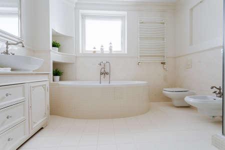 piastrelle bagno: Elegante bagno spazioso in appartamento di lusso progettato