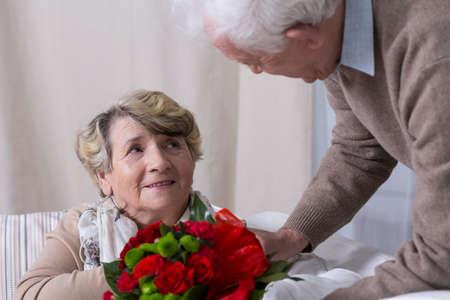 bouquet fleur: Mari principal donnant son �pouse cadeau d'anniversaire Banque d'images