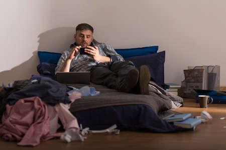 habitacion desordenada: Licenciatura es perezoso y no limpia en el apartamento Foto de archivo