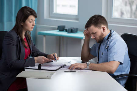 Vrij advocaat en arts te praten over de medische fout arts Stockfoto - 42076650