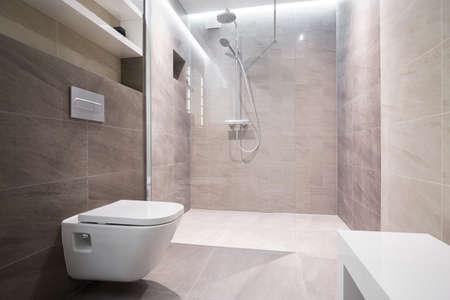 toilete: Primer plano de ba�o de color blanco en el ba�o moderno