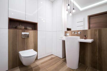 モダンな居心地の良い木製のバスルームの写真 写真素材