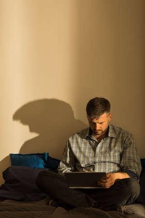 hombre solitario: Hombre muy solitaria est� sentado solo en su apartamento vac�o Foto de archivo