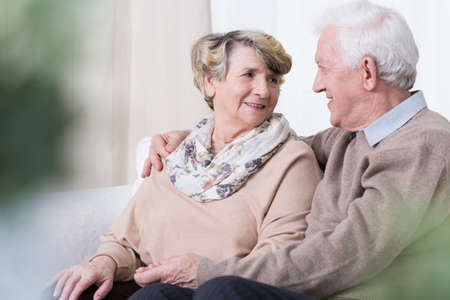 vejez feliz: Las personas felices son en relación en la vejez Foto de archivo