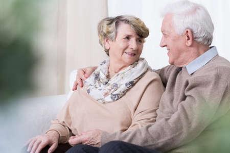 Les gens heureux étant en relation dans la vieillesse Banque d'images - 48167761