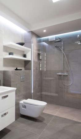 ガラス扉付けのシャワー付きのモダンなバスルーム