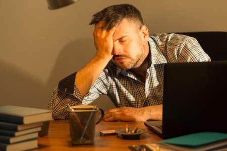 homme triste: Baccalauréat a beaucoup de problèmes et personne à qui parler