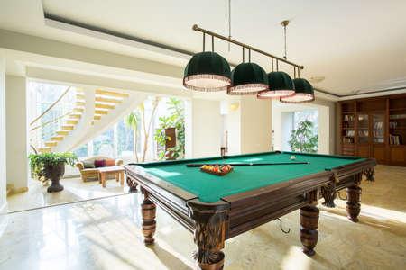 bola de billar: Primer plano de la mesa de billar en la sala de estar de lujo