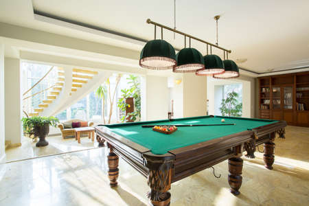pool bola: Primer plano de la mesa de billar en la sala de estar de lujo