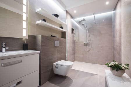 bathroom: Exclusivo de baño blanco moderno con ducha de cristal Foto de archivo