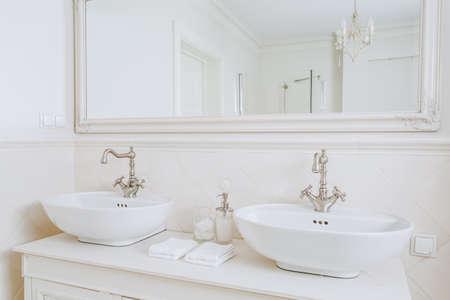 レトロな浴室で設計された洗面台のクローズ アップ