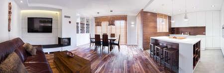キッチンで接続されている木製のモダンなラウンジのパノラマ