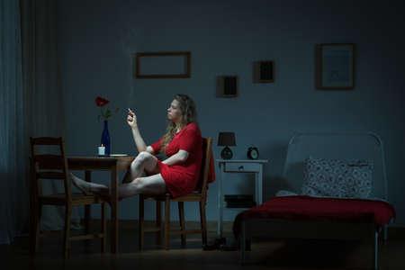 mujer triste: Mujer joven está esperando en la noche de su hombre Foto de archivo