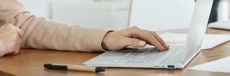 klawiatura: Młoda businesswoman pisze na swoim komputerze
