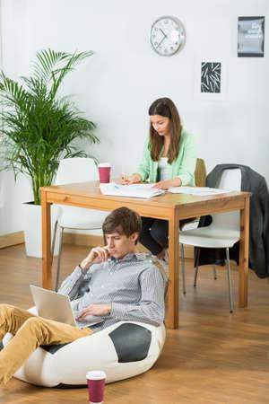 an atmosphere: La gente joven tiene una atm�sfera positiva y fresco en la oficina