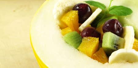 ensalada de frutas: Foto de ensalada de frutas en melón, postre tropical Foto de archivo
