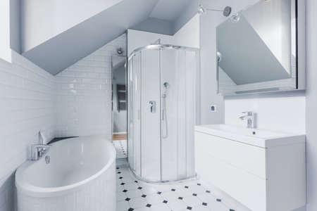 piastrelle bagno: Piccolo bagno luminoso in stile classico moderno