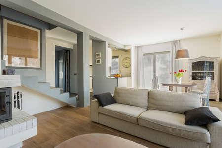 case moderne: Grande comodo divano in salotto moderno
