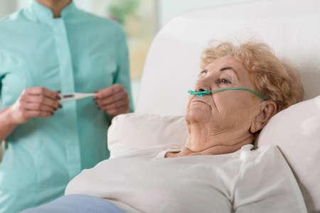 Zieke leeftijd vrouw liggend in ziekenhuisbed