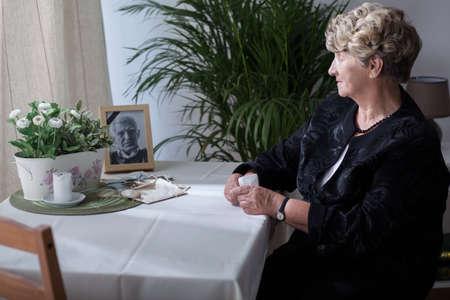 Fotografía está recordando a la viuda de su marido Foto de archivo