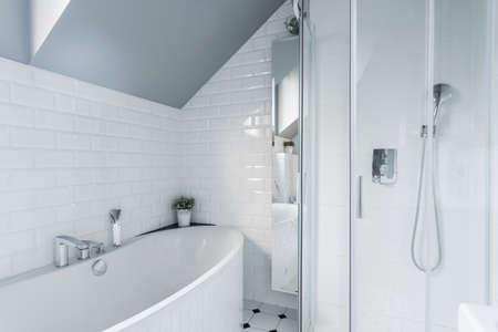 バスタブとシャワー付きの専用の白いバスルーム 写真素材
