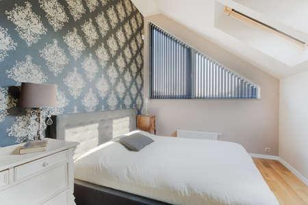 colores calidos: Papel tapiz oriental negro en la pequeña habitación luminosa