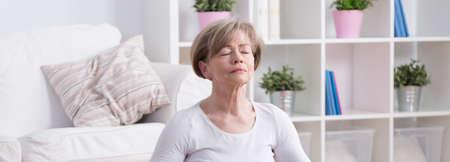 paz interior: mujer tranquila y ancianos a relajarse tiempo en casa