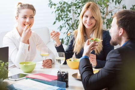mujeres felices: Vista horizontal del equipo almuerzo de negocios comer