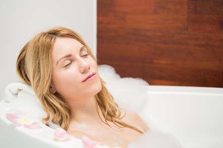 mujeres jovenes desnudas: Mujer descansando durante el baño en el baño