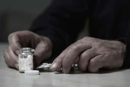 sobredosis: Primer plano del hombre va a sufrir una sobredosis de drogas