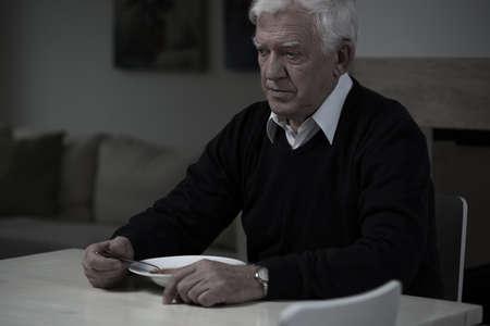comiendo: Imagen de edad, hombre triste y sin apetito Foto de archivo