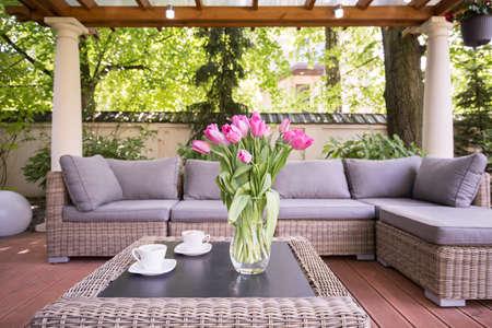 mimbre: Espacio pensado para relajarse en el jardín moderna