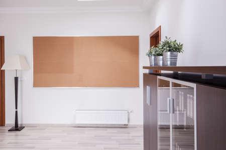 corcho: Tablón de anuncios grande en la pared blanca Foto de archivo