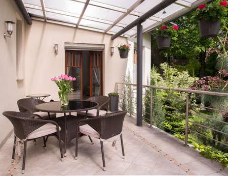Ruimte voor ontspannen op het gezellige balkon Stockfoto