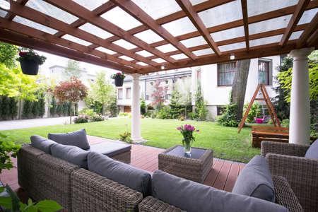 快適な庭の家具でデザインされたモダンな待合