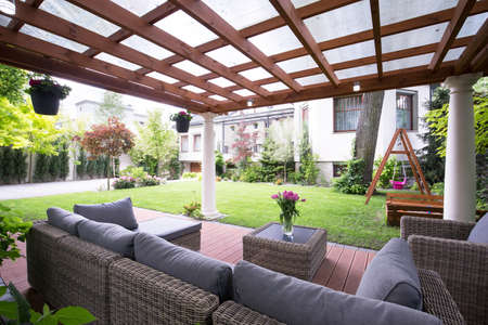 Progettato pergolato moderno con comodi mobili da giardino Archivio Fotografico - 41610902