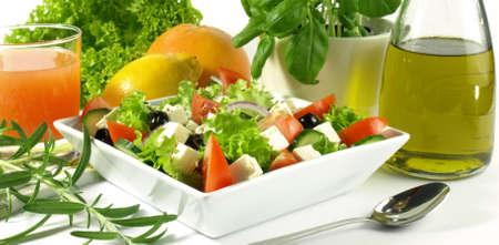 サラダ、オリーブ オイル、柑橘類、ハーブ、健康的な食事の基本 写真素材