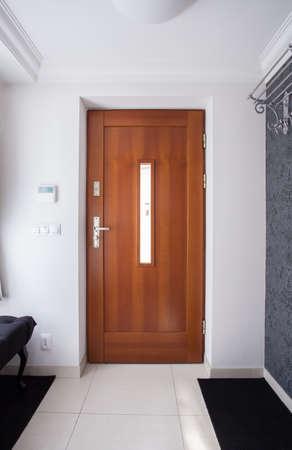 Puerta de entrada de madera en casa unifamiliar de lujo Foto de archivo - 41610957