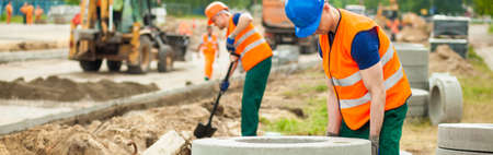 obreros trabajando: Trabajador de la construcci�n est� tratando de mover un kurb Foto de archivo