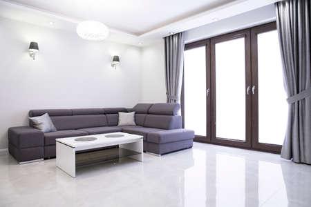 case moderne: Soggiorno con elegante divano in casa moderna