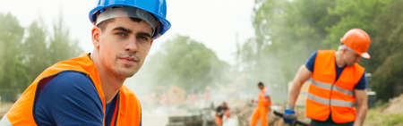 Tired construction worker is thinking about perspectives Stockfoto