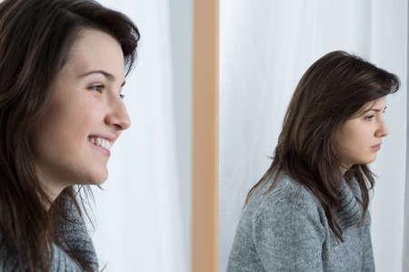 Afbeelding van boos meisje met een valse glimlach