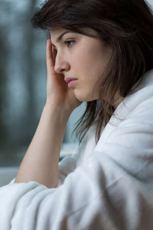 mujer triste: Primer plano de mujer triste con dolor de cabeza terrible Foto de archivo