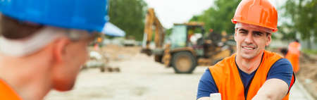 profesiones: Trabajadores de la construcción están hablando durante sus vacaciones